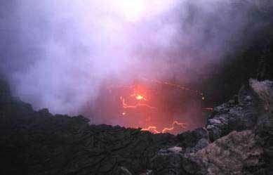 Lac de lave dans le cratère de l'Erta Ale. On voit bien la carapace noire qui se forme par refroidissement de la lave au contact de l'air ainsi que des fractures par lesquelles sort du matériel frais - © copyright JM Bardintzeff