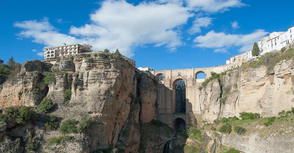 Le fabuleux pont de la ville de Ronda en Andalousie. © Avarmann, Fotolia