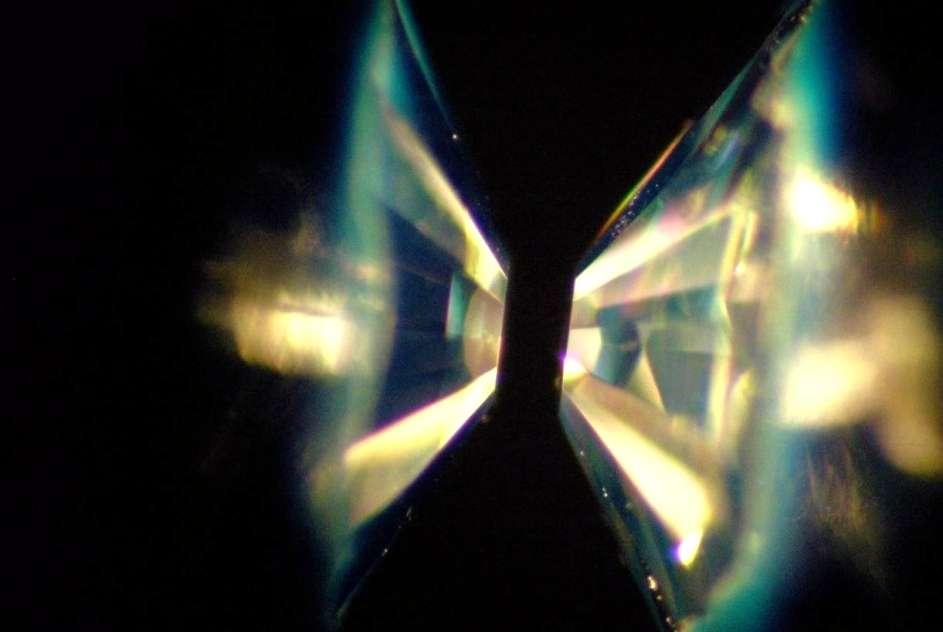 Une vue d'une presse à enclumes de diamants pour les expériences de physique des hautes pressions. © Shim, ASU