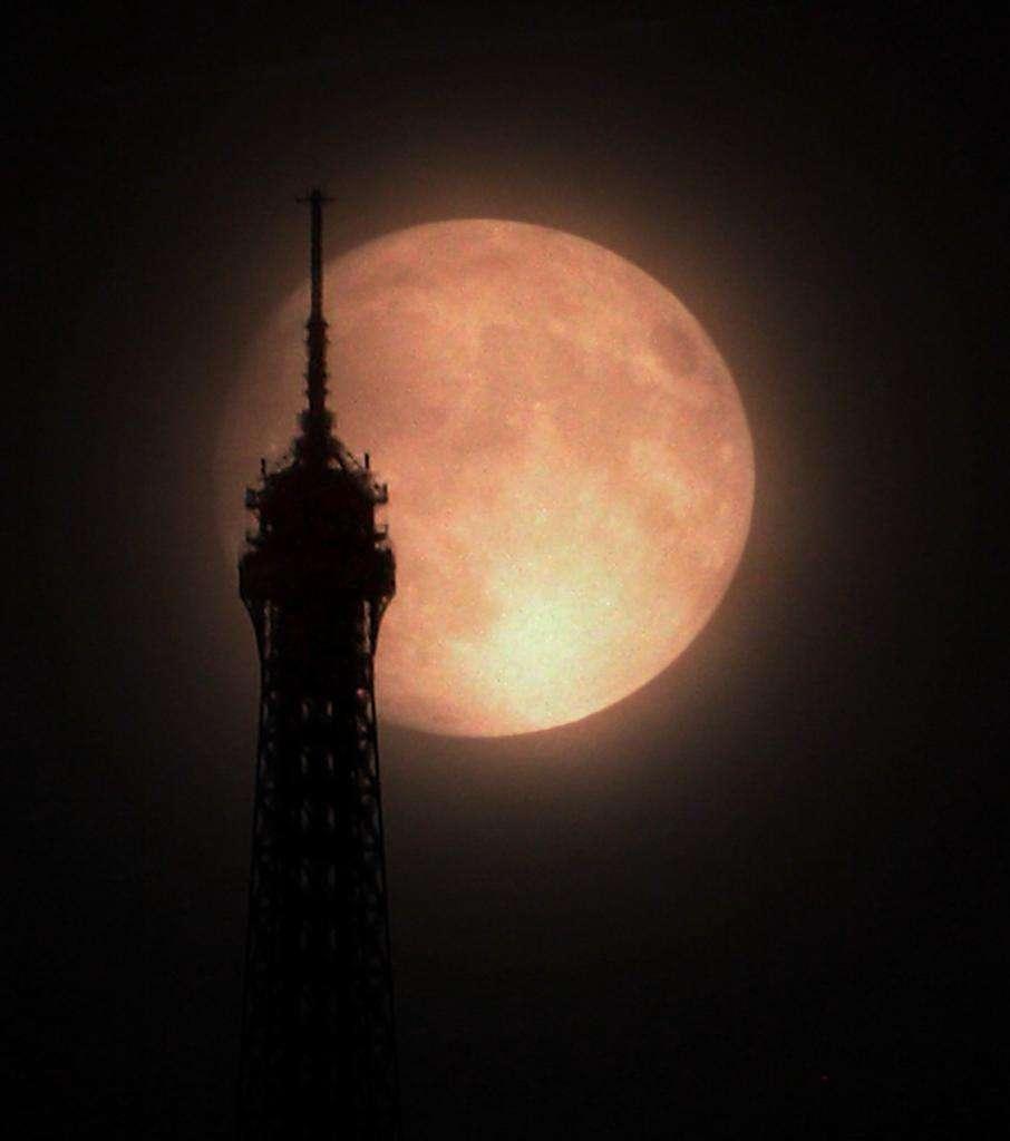 Une étonnante image de la super Pleine Lune saisie à Paris sous la pluie. © VegaStar Carpentier