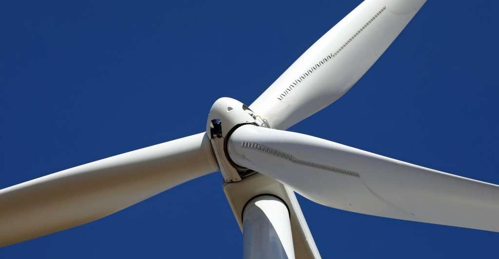 Vue rapprochée du haut d'une éolienne. © Thomas Barrat, Shutterstock