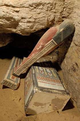 Découverte d'une statue de Ptah-Sokar-Osiris et d'un coffret au fond du puits q3. © Photos Christian Décamps / Mission archéologique du Louvre à Saqqara