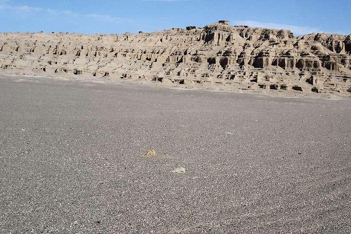 Les cailloux sombres qui recouvrent une partie du désert de Lout, au sud-est de l'Iran, font de ce site l'un des endroits où la température de surface est la plus élevée dans le monde. © Jafar Sabouri, Geological Survey of Iran