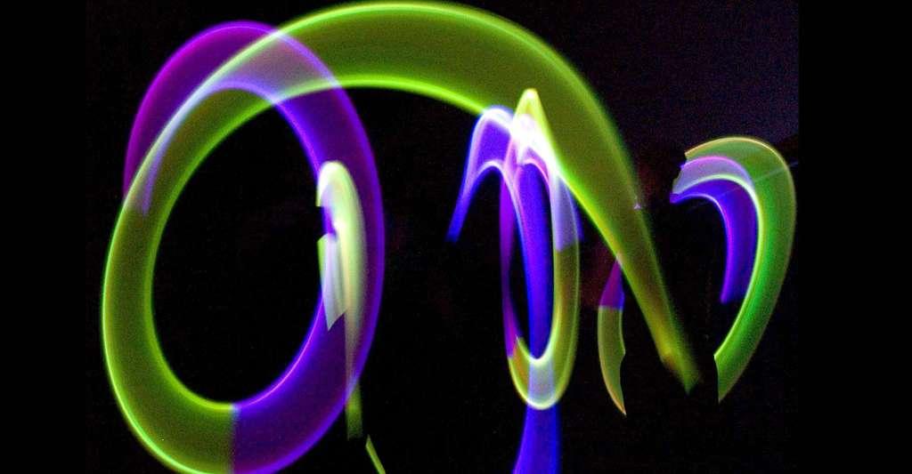 Qu'est-ce que le concept de l'éther ? Ici, performance de jonglage avec la lumière. © Patrice Loiez, Maximilien Brice, Cern