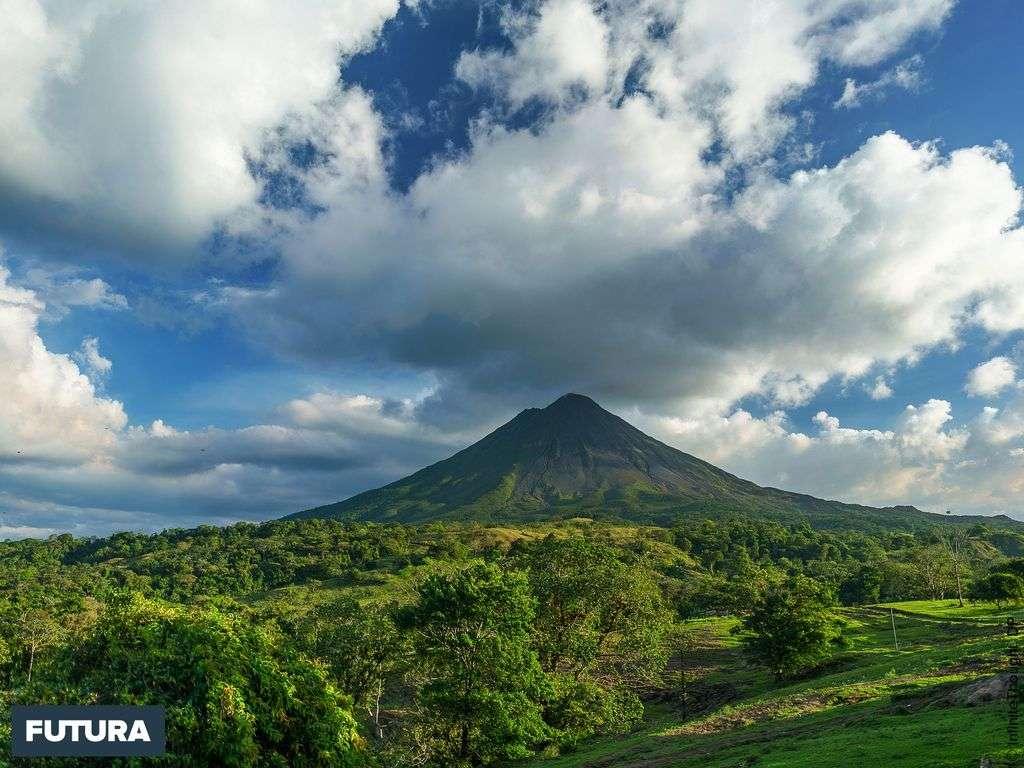 Le volcan Arenal (Costa Rica) a souvent la tête dans les nuages