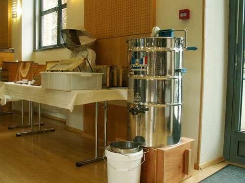 Centrifugeuse pour l'extraction du miel. © Reproduction et utilisation interdites