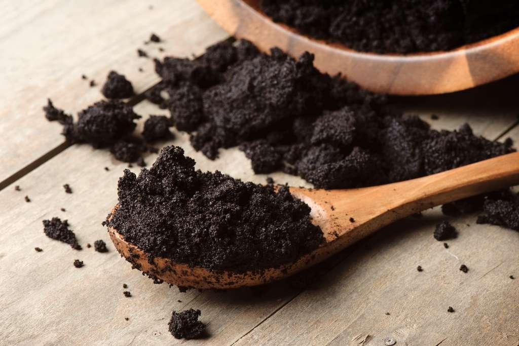 Pour former le marc de café, les molécules présentes dans le café se comporteraient plus ou moins comme les ions lithium d'une batterie. © Normal, Adobe Stock