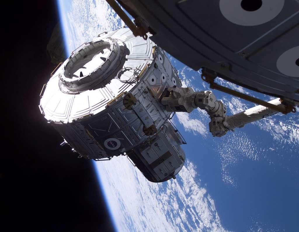 Le sas Quest airlock intégré à la Station en juillet 2001