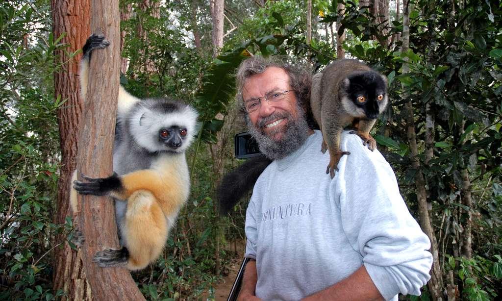 Antoine avec un sifaka à gauche et un lémur fauve sur l'épaule, à Périnet. © Antoine