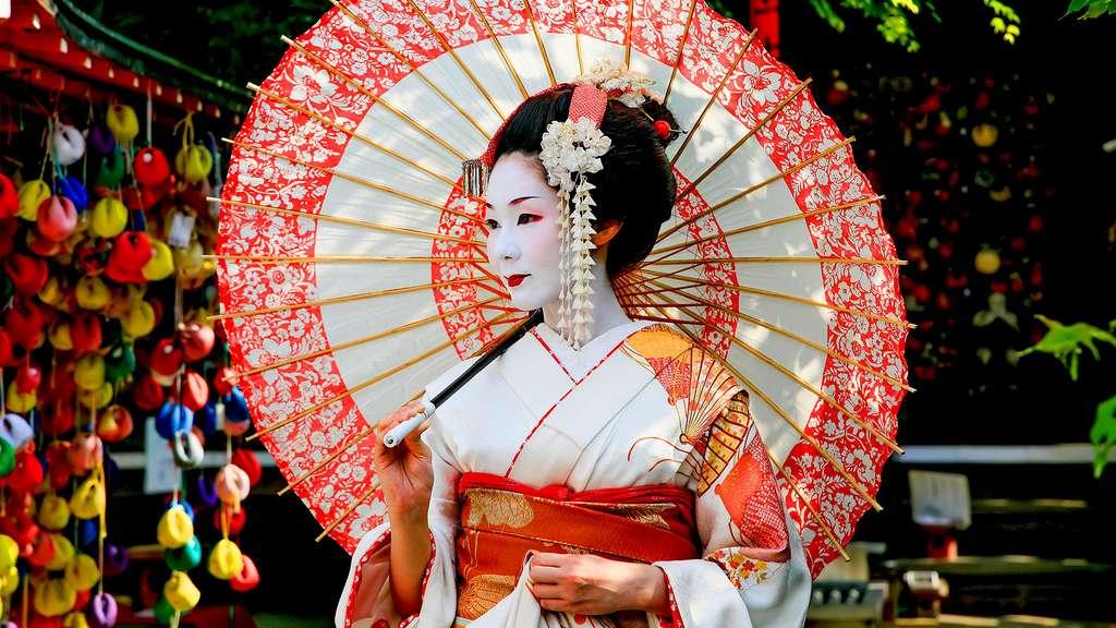 Une Geisha dans les rues de Kyoto