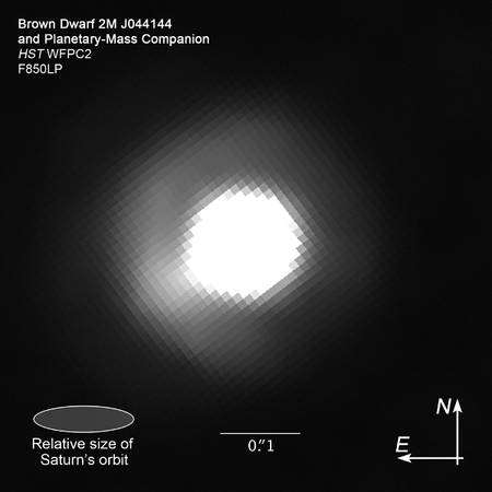 Le télescope Hubble montre une image de 2M J044144 où l'on distingue à peine en bas à gauche la présence d'un autre corps céleste moins lumineux. Crédit : Nasa, Esa, K. Todorov et K. Luhman, Z. Levay (STScI)