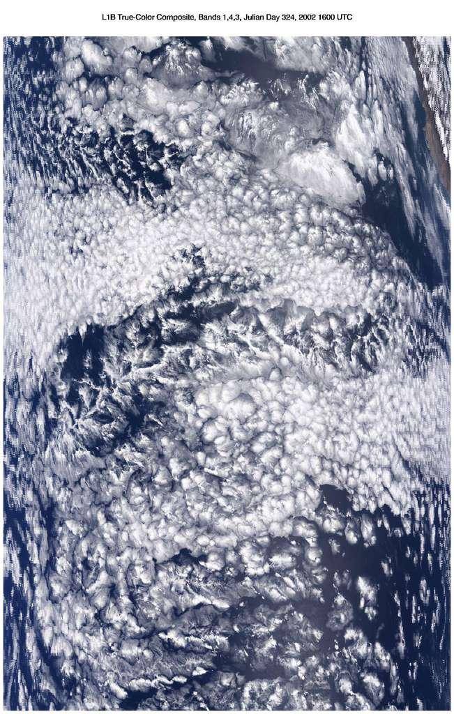 Stratocumulus au large des côtes du Pérou. Ces nuages y sont permanents mais présentent un cycle diurne. Le contraste de leur albédo avec celui de la surface de la mer est important alors que leur faible altitude ne leur permet qu'un effet de serre très modéré. Ces nuages tendent donc à refroidir la planète. © Nasa, Modis sur le satellite Terra
