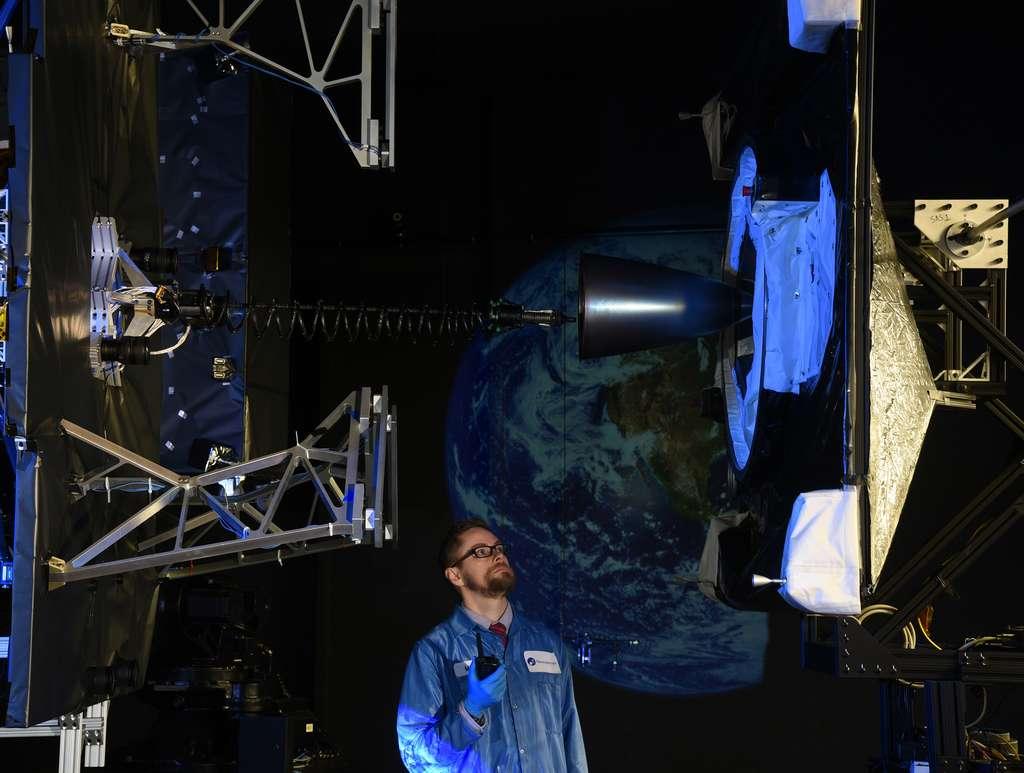Test au sol de la procédure d'amarrage du MEV avec le satellite qui s'arrimera au niveau de la tuyère du moteur d'apogée du satellite. © Northrop Grumman