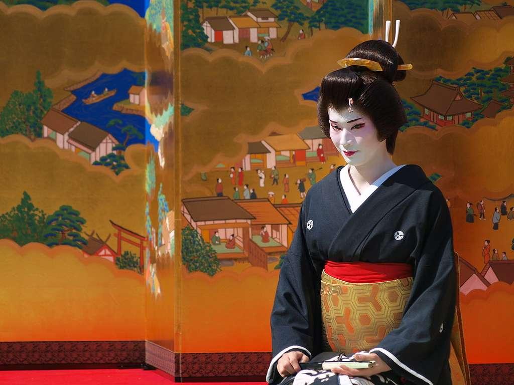 Geisha à Asakusa. Le mot « geisha » peut être interprété comme « personne d'arts » ou « femme qui excelle dans le métier de l'art ». © Kondo Atshushi, Wikimedia Commons, cc by 2.0