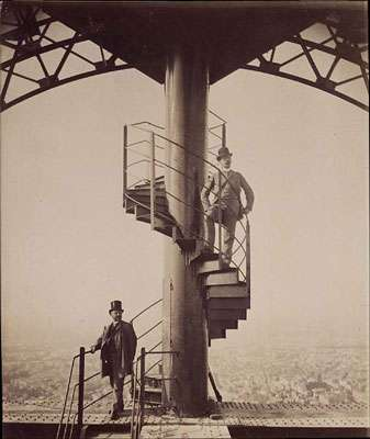 Gustave Eiffel posant en bas à gauche.