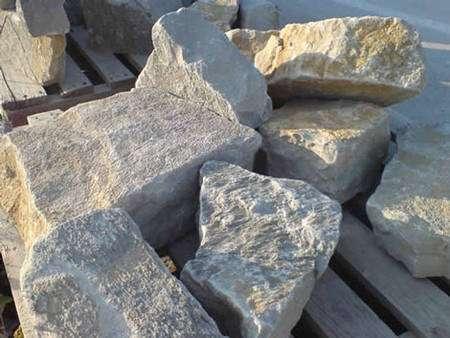 Pierres à maçonner en calcaire de Grésy (Morbihan) © S.E.C.A