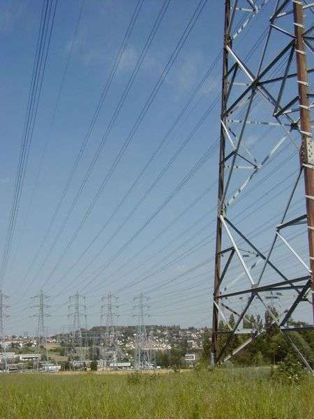Le réseau électrique actuel pourrait être changé en combinant l'énergie éolienne, l'énergie solaire et le stockage d'énergie. Le paysage (à l'image, Villebon-sur-Yvette, dans l'Essonne) en serait-il changé ? © Arnaudus, Wikipédia, GNU 1.2