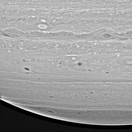Tempêtes et structures dans l'atmosphère de Saturne