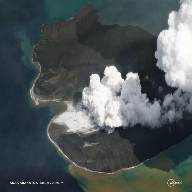 L'Anak Krakatau vu le 2 janvier en haute résolution par un microsatellite SkySat de Planet Labs, après l'effondrement de sa partie sud-ouest qui a provoqué le tsunami du 22 décembre en Indonésie. © Planet Labs Inc.