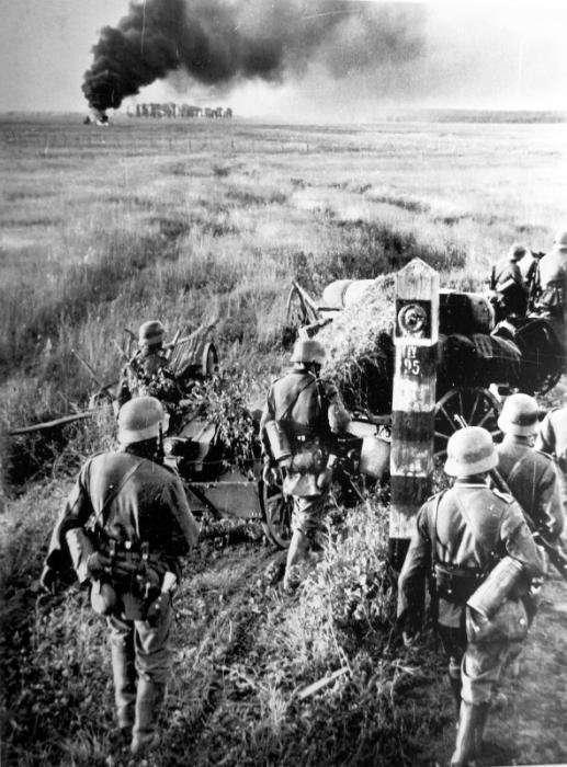 Les troupes allemandes traversent la frontière soviétique en juin 1941. © Wikimedia Commons, domaine public