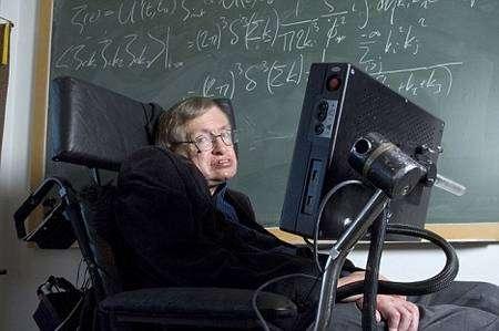 Stephen Hawking devant un calcul de physique des particules élémentaires en espace-temps courbe. Crédit : Institute of Physics IOP
