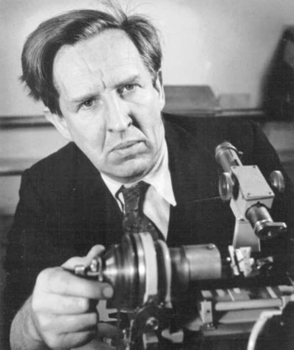 John Desmond Bernal a été le premier à déterminer la structure cristallographique du graphite. Il a été un des pionniers de l'application des rayons X pour l'étude des molécules biologiques. © W.Suschitzky-Nature