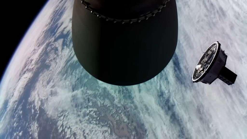À droite, un Kick Stage d'un lanceur Electron qui vient tout juste de se séparer avec l'étage supérieur du lanceur. © Rocket Lab