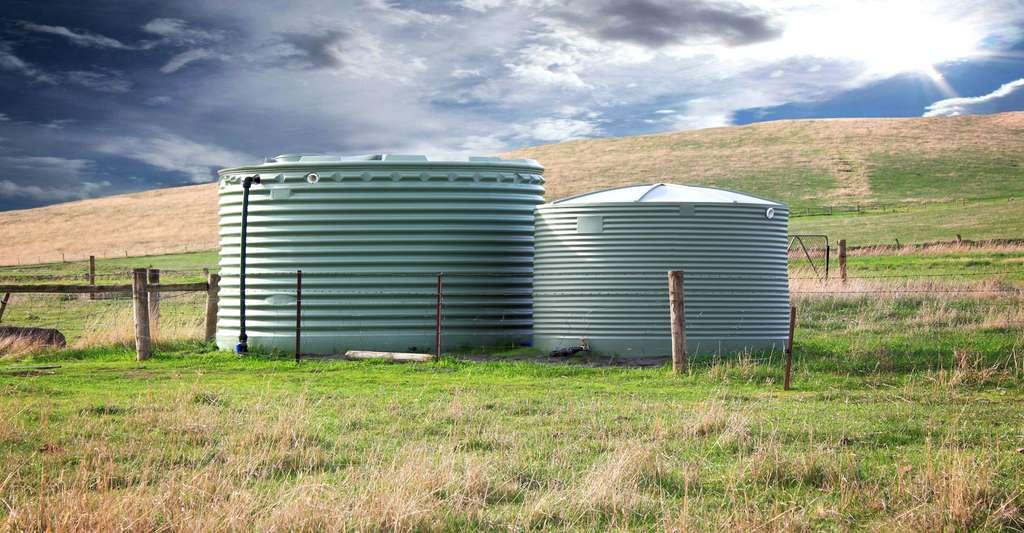 Quel volume de stockage choisir pour sa citerne d'eau de pluie ? 1.000 litres ? 5.000 litres ? 10.000 litres ? Ici, des cuves de récupération servant pour le bétail. © Kezza, Shutterstock