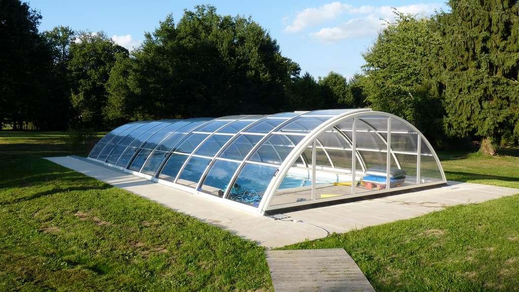 Un abri pour piscine permet de protéger votre piscine tout au long de l'année. ©lil_22 , Adobe Stock