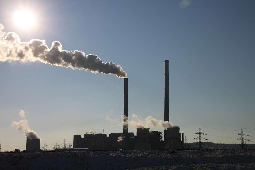 L'industrie fait partie des secteurs produisant le plus de gaz à effet de serre (18 % de la production en 2010) avec l'énergie (35 %), les transports (14 %) et l'agriculture (14 %). © byrev, Pixabay, DP
