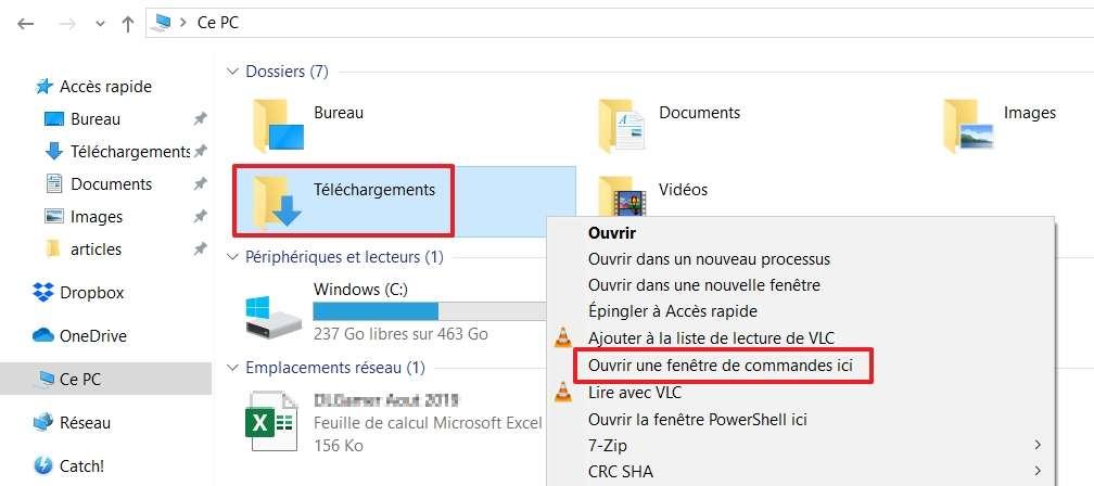Faites un clic droit sur un dossier tout en appuyant sur la touche « Maj » pour que l'option « Ouvrir une fenêtre de commandes ici » apparaisse. © Microsoft