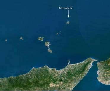 La localisation du Stromboli au large de la Sicile (Crédit : Planet observer).