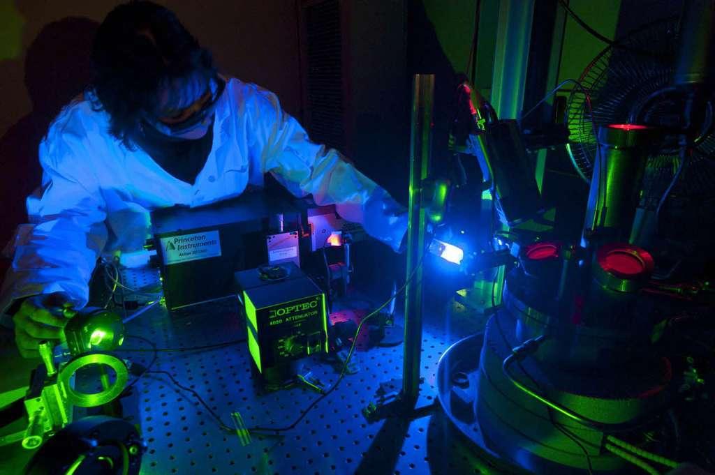 La technologie LIBS du CEA, utilisée sur Mars par l'Iinstrument ChemCam, sera de nouveau la pierre angulaire du futur grand rover de la Nasa. En 2020, la SuperCam du Cnes utilisera un analyseur de la composition élémentaire des cibles martiennes par ablation laser et spectroscopie optique (LIBS). Pour rappel, le procédé LIBS consiste à vaporiser au laser le matériau à étudier puis à analyser par spectrométrie la lumière émise par le plasma créé afin d'en déterminer la composition chimique. © CEA