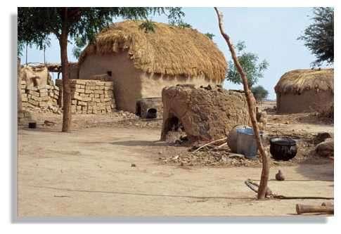 Un campement de pêche permanent sur une haute berge du Niger : murs de terre séchée et toit de paille pour l'habitation. Au premier plan, le four de fumage du poisson. Comme il est d'usage, la cour est ouverte et sans clôtures. Delta Central du Niger. Mali. © IRD/Yveline Poncet.