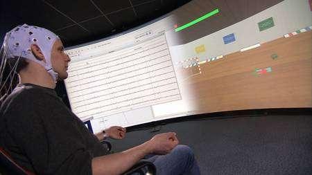 OpenVibe exige un apprentissage préalable. Un geste quelconque (par exemple ouvrir la main) est effectué et les ondes cérébrales qui en résultent sont enregistrées par le logiciel. Une action est alors associée à ce geste (par exemple lancer le ballon). A l'utilisation, quand le joueur ouvrira la main, le logiciel reconnaîtra un motif connu d'ondes cérébrales et effectuera l'action prévue dans ce cas, en l'occurrence, le ballon sera lancé. © DR