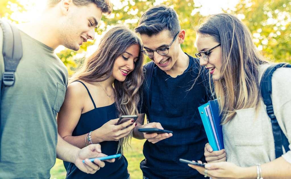 Selon une enquête menée en 2018, presque la moitié des jeunes Américains déclarent être connectés en quasi-permanence. © william87, Fotolia