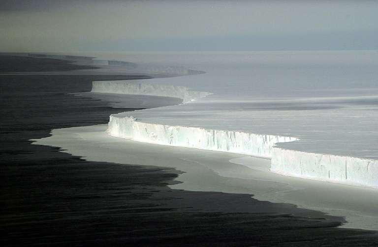 L'iceberg B-15 détaché de la barrière de glace de Ross en Antarctique en l'an 2000. C'est le plus grand iceberg dont l'existence ait été jamais enregistrée (en date de février 2019) avec une superficie de plus de 11 000 km2. © Josh Landis, National Science Foundation, AFP, Archives