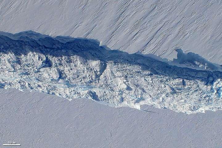 Le glacier de l'île du Pin draine environ 79 km3 de glace par an. Sur cette photo, on observe la naissance d'un iceberg survenue en octobre 2011. La fin du glacier s'étendait sur environ 48 kilomètres, flottant sur l'océan. À mesure qu'il s'écoule de plus en plus de glace vers l'eau, la langue s'allonge, pour finalement se casser et former un gros iceberg. © Nasa