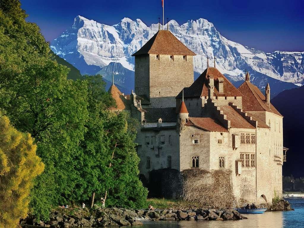 Faire du tourisme au lac Léman est l'occasion de visiter le château de Chillon, près de Montreux (Suisse), plusieurs fois cité dans la littérature. © Bolla Ugo, Wikimedia Commons, CC by-sa 3.0