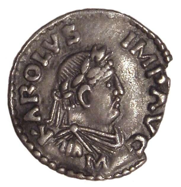 Cette pièce de monnaie frappée sous Charlemagne montre ce dernier en tenue d'empereur romain. © DR