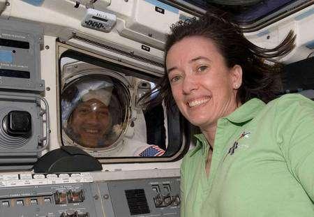 Un petit coucou de Mike Massimino (à l'extérieur) à Megan McArthur (à l'intérieur de la navette). Cliquer pour agrandir. Crédit Nasa