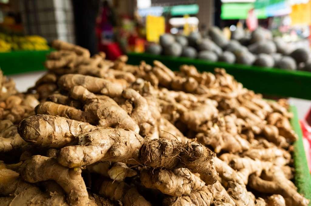 Frais ou séché, le gingembre, surtout importé des pays asiatiques, se retrouve toute l'année sur nos étals. © ChenPG, Fotolia