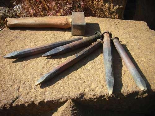 Outils de tailleur de pierre - Broches et massette. © Guédelon - Reproduction et utilisation interdites - Tous droits réservés