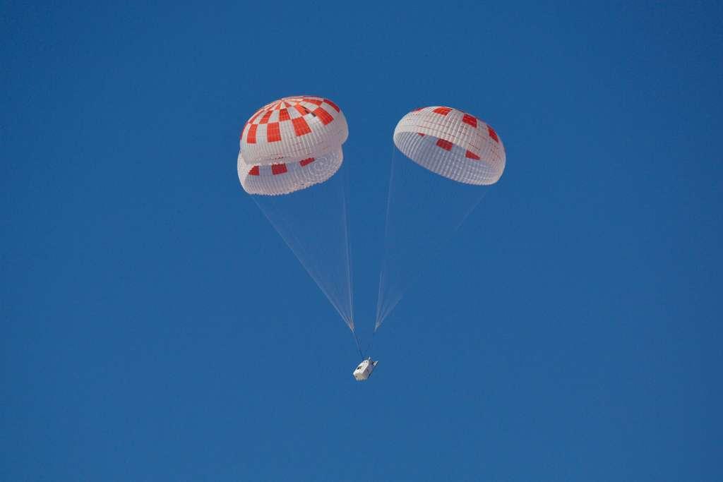 Essai du bon fonctionnement des parachutes du véhicule Crew Dragon de SpaceX. © SpaceX