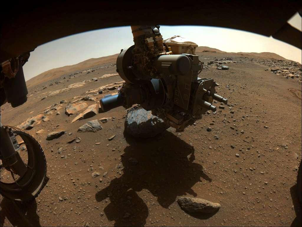 Le bras robotique de Perseverance effectuant une légère abrasion de la couche extérieure de « Rochette », le 27 août. © Nasa, JPL/Caltech