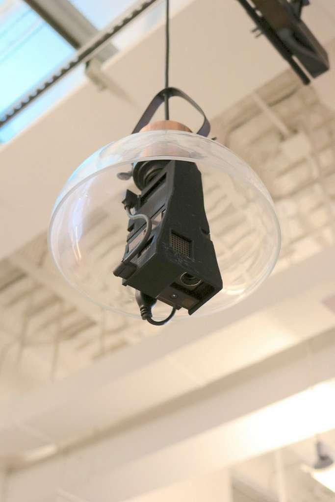 Le dispositif Desktopography se compose d'un projecteur vidéo muni d'un culot d'ampoule à vis, qui se fixe sur une douille standard au plafond. © Carnegie Mellon University