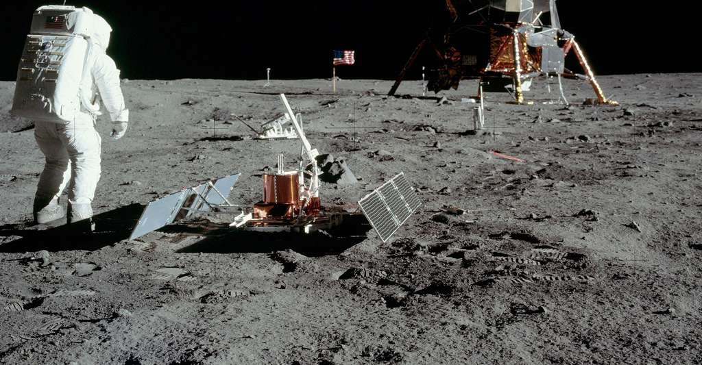 L'astronaute Buzz Aldrin, devant le premier sismomètre posé sur la Lune, en juillet 1969. © NASA CCO