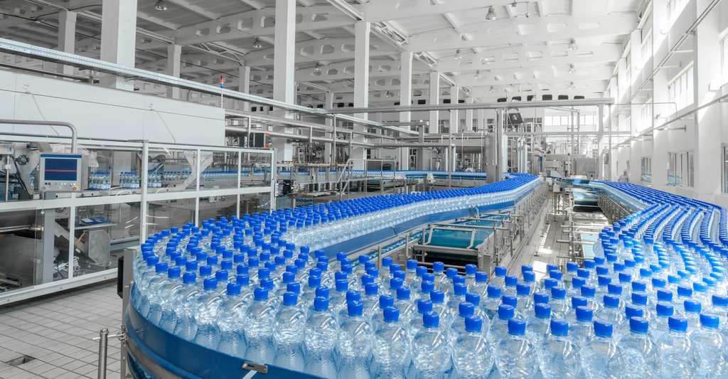 Les chercheurs soupçonnent le processus d'embouteillage d'être à l'origine de la contamination de l'eau en bouteille par des particules de plastique. © warloka79, Fotolia