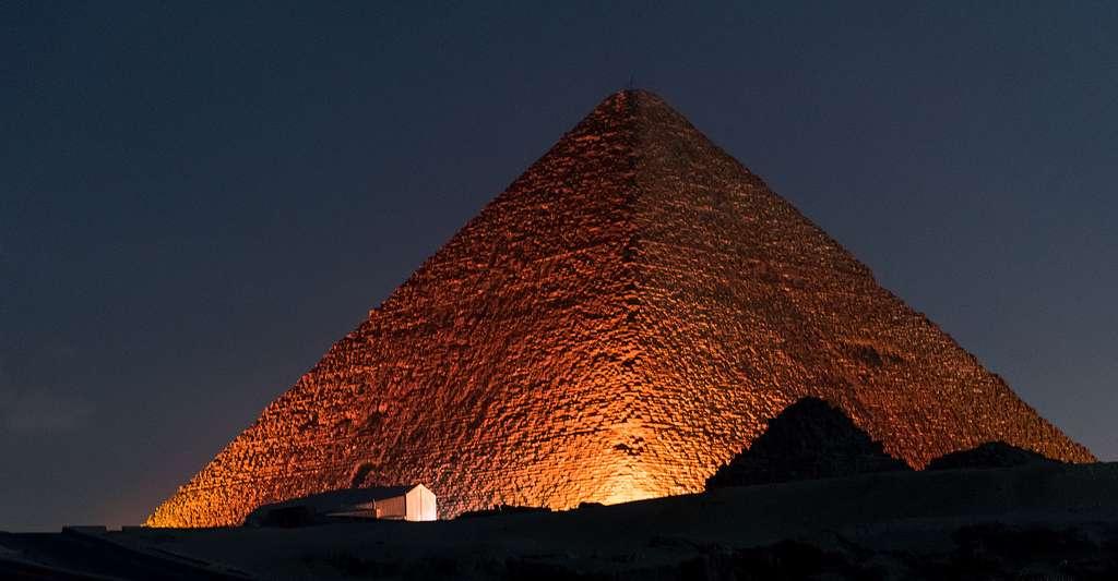 La spectrométrie et la microgravimétrie peuvent-elles révéler les secrets des pyramides ? Ici, la pyramide de Khéops vue de nuit. © Williamsjonathan69, CC by-nc 2.0