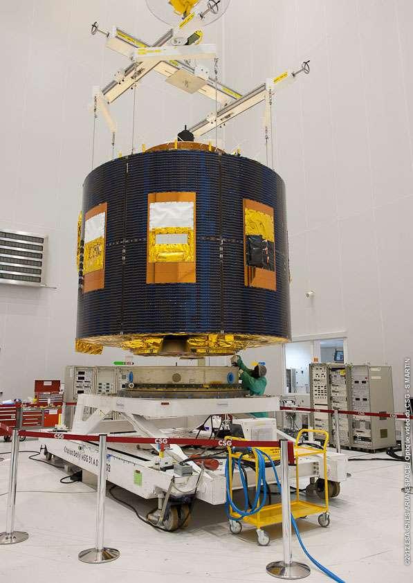 Le satellite MSG-3 en cours de pesée au Centre spatial guyanais, dans le bâtiment de préparation des satellites S5C nord. © Esa/Cnes/Arianespace/Optique Video du CSG - S. Martin